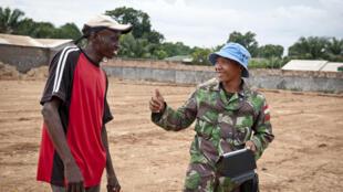 Un casque bleu de la Mission multidimensionnelle intégrée des Nations unies.